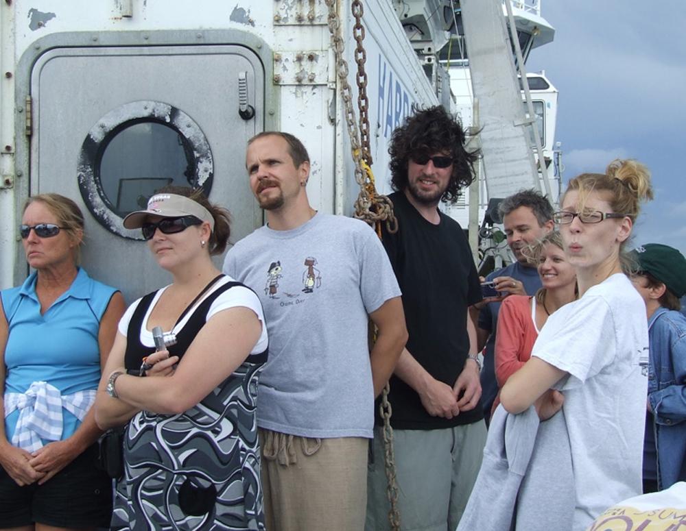 Экспедиция на борту судна. Михаил Матц - в центре, в светлой майке.